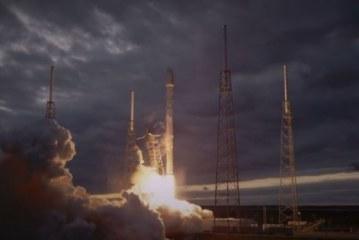 """بالفيديو: تحطم الصاروخ """"فالكون 9″ بعد وضعه قمرا صناعيا في مداره"""