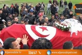 سيدي بوزيد: عدد من الأهالي وعائلة الشهيد خليفة السلطاني يرفعون 'ديقاج' في وجه الوالي ويؤكدون أنهم 'لن يقبلوا سوى وزير الدفاع'