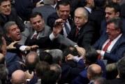 """من أجل تمرير قانون """"ميليشيات الشوارع"""".. عراك بالبرلمان التركي"""