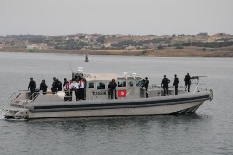 الجيش الوطني ينقذ 18 تونسيا عرض البحر