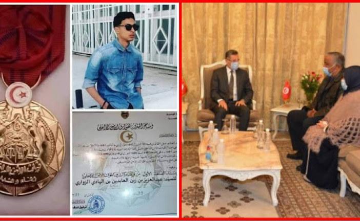 وزير الداخلية يكرم عائلة الشهيد البطل عبد العزيز الزواري
