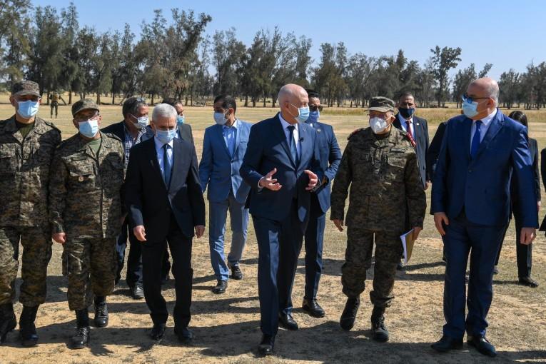 رئيس الدولة يعاين الأرض المخصصة لمدينة الاغالبة الصحية بالقيروان ويؤكد ان الدراسات ستنتهي بعد 6 أشهر