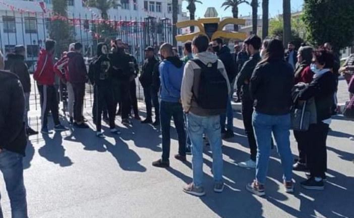 باجة: الباعة المتجولون وأصحاب المقاهي يحتجون أمام مقر الولاية رفضا لقرار الحجر الصحي الشامل