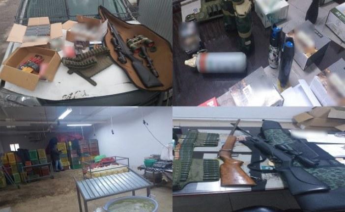 العثور على أسلحة وذخيرة ورمانة غاز يدوية وعلبتي غاز مشل للحركة داخل مستودع بمنزل بوزلفة